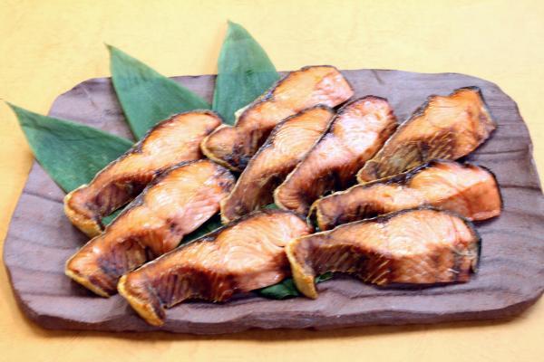 塩引き鮭は皮もパリットとして美味