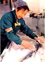 塩引き鮭はその独特の製法と風土気候の醸し出す相乗効果で他の鮭加工製品とは隔絶の違いを生み出します。